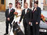 Brautpaar Jasmin Schoder und René Tschenett mit den Trauzeugen Ines Engstler und Stefan Schoder und mit Fire, dem belgischen Schäferhund.