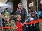 Bürgermeister Georg Fröwis zerschnitt das Band und übergab den Spielplatz den Kindern.