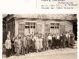 """Die Belegschaft der Hutfabrik im Jahr 1953 vor dem Gasthaus """"Taube"""""""
