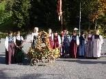 Die Jungbäuerinnen  mit der Erntedank-Krone