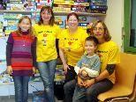 Die Mitarbeiterinnen Susi Birnbaumer und Andrea Pluschnigg mit Gabi Hörl und den Kindern Hannah und Justin freuen sich über die Neueröffnung