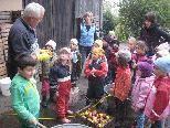 Ein spannender Ausflug der Fraxner Kinder in die Mosterei von Gisela und Franz Breuß in Weiler