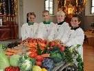 Emilia, Hannah, Lukas und Manuel vor dem schön geschmückten Erntedankwagen.
