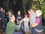 Förster Jürgen Ernst weiht die Kinder in die Geheimnisse der Natur ein