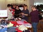 Gebrauchtes Spielzeug und Kinderbekleidung wurden  zum Verkauf angeboten.