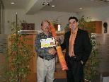 Gerhard Resch freute sich über die gewonnene XL-Hängematte , überreicht von seinem Betreuer Michael Wachter in Vandans.