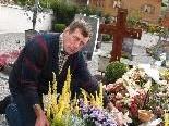 Gottlieb Keckeis bei einer seiner Tätigkeiten am Friedhof.