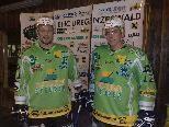 Kapitän Christian Gmeiner (li.) und Michael Unterberger in den neuen Dressen.