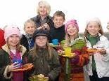 Lehrerin Margit Wrisnig mit einigen Kindern der Volksschule Batschuns