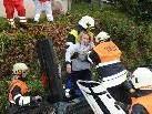 Nach dem geschaffenen Zugang mittels Schere und Spreizer wurden die Verletzten vorbildlich aus dem Auto geborgen.