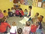 So wie hier im Kindergarten Rosamichlweg in Feldkirch-Tisis mit Leiterin Christina Gächter wird bei Kindern im ganzen Land die Kinderfahrkarte des VVV vorgestellt