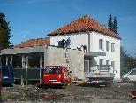 Spengler dichten das Dach des Pfarrheim-Zubaues ab.