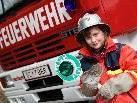 Stolz trägt Nathalie die Uniform eines Feuerwehrmannes