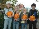 Voller Freude präsentieren Lea, Michelle, Andreas & Noa ihre selbstgeschnitzten Kürbisse!