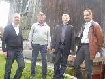 Werner Abbrederis (Besitzer Öko-Stromanlage), Johann Karl Frick (Besitzer Sägewerksgebäude), Pfarrer Walter Juen und Norbert Zündt (Obmann Mühlbachgenossenschaft).