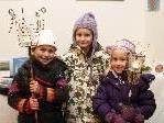 Amelia, Hannah und Katharina mit ihren selbstgemachten Lichtobjekten.