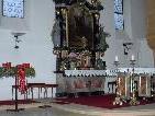 Beim Sonntagsgottesdienst in der Pfarrkirche St. Anton im Montafon werden die von den Gläubigen mitgebrachten Adventkränze geweiht.