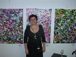 Bild 1: Sabeth Holland vor einem ihrer Kunstwerke in der Galerie Altesse.