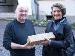 Bild: 1: Vizebürgermeisterin Erika Burtscher gratuliert Friedrich Fels zum 35-Jahr-Jubiläum seines Fotostudios.