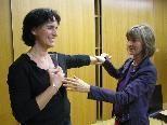 Brigitta Wiesner erklärt den Muskeltest