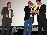 Bürgermeister Christian Natter und Sportrat Hans Fetz danken Obmann Michael Laritz für sein Engagement