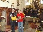 Daajav Judger überreichte Pfarrer Eberhard Amann zum Abschied kleine Geschenke.