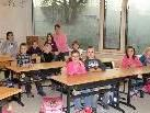 Die Schüler freuen sich mit ihrer Lehrerin über die neue, helle Schule.