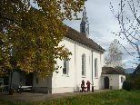 Die St. Antoniuskapelle steht - umgeben von Wiesen - mitten im südlichen Siedlungsgebiet Lustenaus.