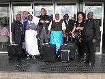 Die Theresian Sisters und Bischof Elmar Fischer am Flughafen