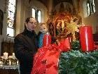 Die erste Kerze auf dem großen Adventkranz in der Pfarrkirche ist angezündet.