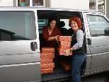 Die in Weihnachtspapier verpackten Hilfspakete wurden mit Privatautos nach Feldkirch gebracht und von dort nach NÖ & Rumänien transportiert