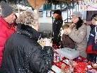 Die kleinen Marktstände stehen dicht an dicht und lassen vorweihnachtliche Gefühle aufkommen.