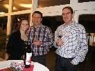 Dir. Gerd Neururer mit Tochter Lena und Winzer Ronny Kiss bei der Weinverkostung