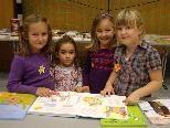 Franziska, Katrin, Johanna und Clarissa schmökerten gemeinsam in den bunten Bilderbüchern.