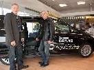 Geschäftsführer Meinrad Schlichtling zeigte Wolfgang Verocai den neuen Ford C-Max.