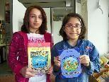 Kinder erhalten einen gratis Leserausweis