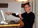 Kursleiter Karl Rädler erklärt die Vorgangsweise der Recherche