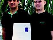Lehrlingsausbilder Peter Nußbaumer (l.) und Stefan Kohler freuen sich über die erneute Auszeichnung ihrer Lehrausbildung
