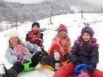 Melanie, Benedikt, Philomena und Josefina freuen sich über den Schnee.