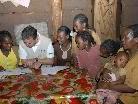 Michael Zündel bei einem seiner Auslandseinsätze in Äthiopien - Schulkinder zeigen voller Freude die Schulhefte