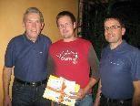 Peter Jäger (li.) und Stefan Fritz überreichten den Wellnessgutschein.