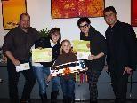 Ralf Loacker, Maria Ellensohn und Clemens Ender mit den Gewinnern des Luftballonwettbewerbs.