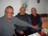 Rodelobmann Helmut Tagwerker (Mitte) und sein Vize Dieter Kohler gratulierten ihrem Gründungsmitglied Josef Zech.