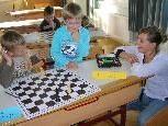 Sabrina Haid (r.) unterstützt Helmut Cyris beim Schachunterricht.