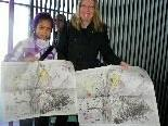Sharaon und Mama Sabine mit den signierten Kunstwerken von Tone Fink
