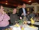 Siegi Gasser bei seiner Laudatio auf Robert Maier (links).