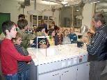 Spannende Experimente wurden im Physiksaal gezeigt.