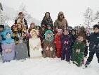 """Stolz präsentieren die """"Kleinsten"""" die Figuren für den Adventweg - passend dazu im Schnee"""