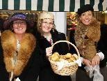 Tabita Postner mit den Fachlehrerinnen Elisabeth Spiegel - Fessler und Elisabeth Sutter am Martinimarkt