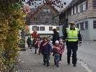 Mit Polizist Thomas auf dem Weg zur Ampel im Ortszentrum.